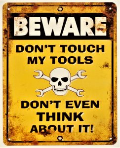 """2D bord """"Beware, Don't Touch My Tools"""" 25x20cm"""